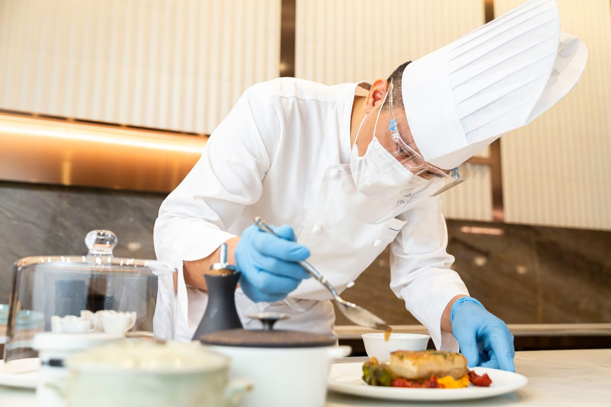Chef-prepping-dish-while-wearing-PPE